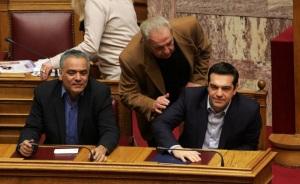 O πρωθυπουργός Αλέξης Τσίπρας (Δ), ο υπουργός Επικρατείας για τον Συντονισμό του Κυβερνητικού Έργου Αλέκος Φλαμπουράρης (Κ) και ο υπουργός Εργασίας Πάνος Σκουρλέτης (Α) συνομιλούν στη σημερινή συνεδρίαση της Ολομέλειας της Βουλής με αντικείμενο την ανασύσταση της επιτροπής για τις οφειλές της Γερμανίας προς την Ελλάδα από το Β' ΠΠ, Τρίτη 10 Μαρτίου 2015. ΑΠΕ - ΜΠΕ/ΑΠΕ - ΜΠΕ/Αλέξανδρος Μπελτές