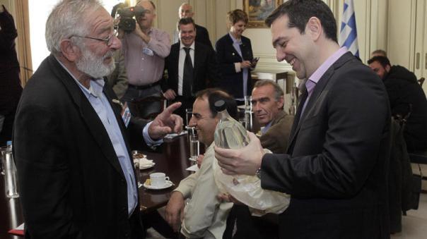 o-mpoutas-pige-dwro-ston-tsipra-ena-mpoukali-tsipouro_3.w_l.jpg